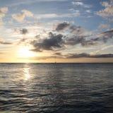Stillahavs- solnedgång för ett litet fartyg arkivbilder