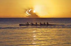 Stillahavs- solnedgång för kanot Arkivfoton