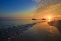 Stillahavs- soluppgång för strandhawaii lanikai arkivbild