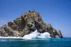 Stillahavs- vågor som bryter på båge av Cabo San Lucas, Baha Kalifornien Sur, Mexico Royaltyfri Bild