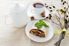 Stillbild-liv med äpplepien, tea och torrt förgrena sig på hemlagad kanfas Royaltyfria Bilder