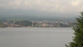 Stille atmosfeer bij meer in de ochtend, die bewolkte 4K was stock footage