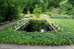 Stille eenzaamheid in mooie tuin met installaties en pools, Cleveland Botanical Garden, Cleveland, Ohio, 2016 Stock Afbeelding