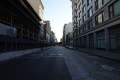 Stille en In de schaduw gestelde Stadsstraat Van de binnenstad in de Recente Middag royalty-vrije stock fotografie