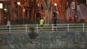 Stille Europese straat in de avond, mensen die en op gang wandelen lopen stock videobeelden