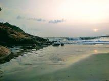 Stille golven dichtbij de rotsen, mening van Kovalam-strand, Kerala Eve& x27; s strand als Hawa-strand ook wordt bekend dat royalty-vrije stock afbeeldingen