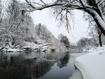 Stille ijzige rivier Stock Foto's