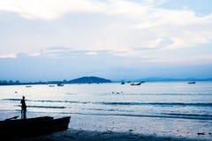 Stille middag in klein paradisiacal strand van Brazilië Stock Afbeelding