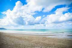 stille strand overzeese tropische oceaan op de zomer blauwe hemel en achtergrond royalty-vrije stock foto's