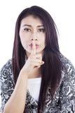 Stille uitdrukking van vrouw die over wit wordt geïsoleerde Royalty-vrije Stock Foto