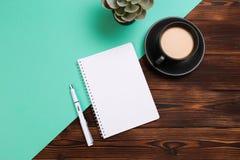 Stilleben, affär, kontorstillförsel eller utbildningsbegrepp: Bild för bästa sikt av den öppna anteckningsboken med tomma sidor o arkivfoto