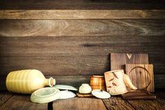 Stilleben av åtföljande uttorkning för kök, efter du tvättas på träbaksida arkivfoton