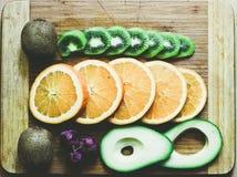 Stilleben av avokadot, druvor, apelsinen och kiwin royaltyfri bild