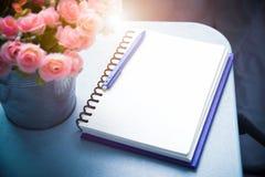 Stilleben av den tomma den anmärkningsboken och pennan med blomman tappningfilte arkivbild