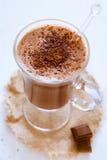 Stilleben av ett exponeringsglas av varm choklad Arkivbild