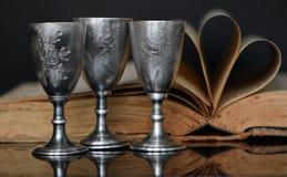 Stilleben av försilvrar exponeringsglas och böcker arkivfoton