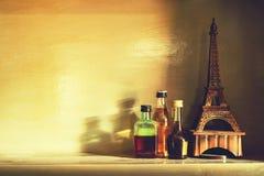 Stilleben av flaskan av alkohol med eiffel modell på en bordlägga, v royaltyfria foton