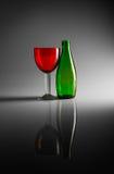 Stilleben av flaskan och exponeringsglas Arkivbild