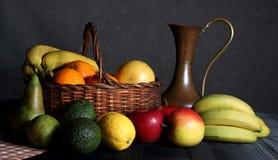 Stilleben av frukt i en korg Royaltyfri Foto