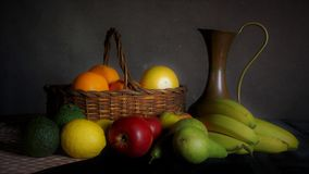 Stilleben av frukt i en korg Arkivfoto