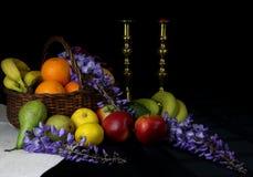 Stilleben av frukt i en korg Arkivbild