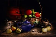 Stilleben av frukter och grönsaker i en korg Royaltyfri Foto