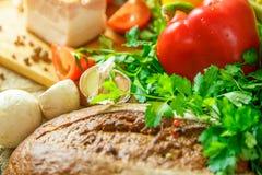 Stilleben av grönsaker, tomater, vitlök och örter royaltyfri foto