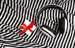 Stilleben av hörlurar och den bästa sikten för gåva Royaltyfri Bild