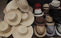Stilleben av hattar i den östliga marknaden Royaltyfri Fotografi