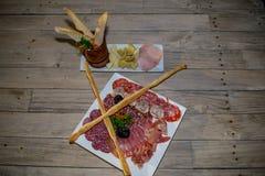 Stilleben av köttmellanmålet med bröd royaltyfri bild