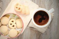 Stilleben av kaffe och kexet Arkivfoton