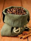 Stilleben av kaffebönor i kanfassäck Arkivbilder