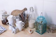 Stilleben av kaffekoppar och redskapet på en trästång kontrar Vit bakgrund, kopieringsutrymme Arkivbilder