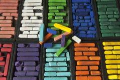 Stilleben av ljust färgad konstnärs kritapastell Arkivfoto