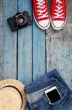 Stilleben av olika objekt för rekreation, kläder, hatt, skvallerbytta arkivbilder
