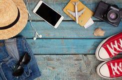 Stilleben av olika objekt för rekreation, kläder, hatt, skvallerbytta royaltyfri fotografi