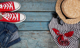 Stilleben av olika objekt för rekreation, kläder, hatt, skvallerbytta royaltyfria foton