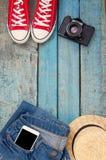 Stilleben av olika objekt för rekreation, kläder, hatt, skvallerbytta arkivbild