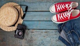 Stilleben av olika objekt för rekreation, kläder, hatt, skvallerbytta royaltyfri bild