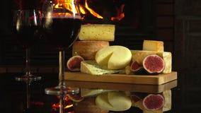 Stilleben av olika sorter av ost framme av en spis lager videofilmer
