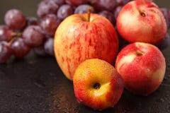 Stilleben av persikor av äpplen och druvor Arkivbild