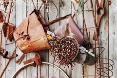 Stilleben av rostiga metallobjekt på träbakgrund. Royaltyfri Foto