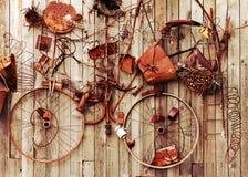 Stilleben av rostiga metallobjekt på träbakgrund Arkivfoto