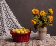 Stilleben av solrosor och äpplen Arkivfoton