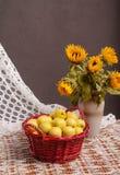 Stilleben av solrosor och äpplen Royaltyfria Bilder