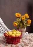 Stilleben av solrosor och äpplen Royaltyfri Foto