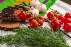Stilleben av tomater, svart bröd, vitlök, fänkål, peppar Royaltyfri Fotografi