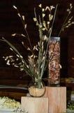 Stilleben av två vaser med torkade blommor arkivbilder