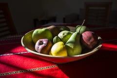 Stilleben - bunke av frukter och solljus arkivfoton