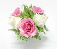 Stilleben dekorerade rosa och vita rosor Arkivfoto